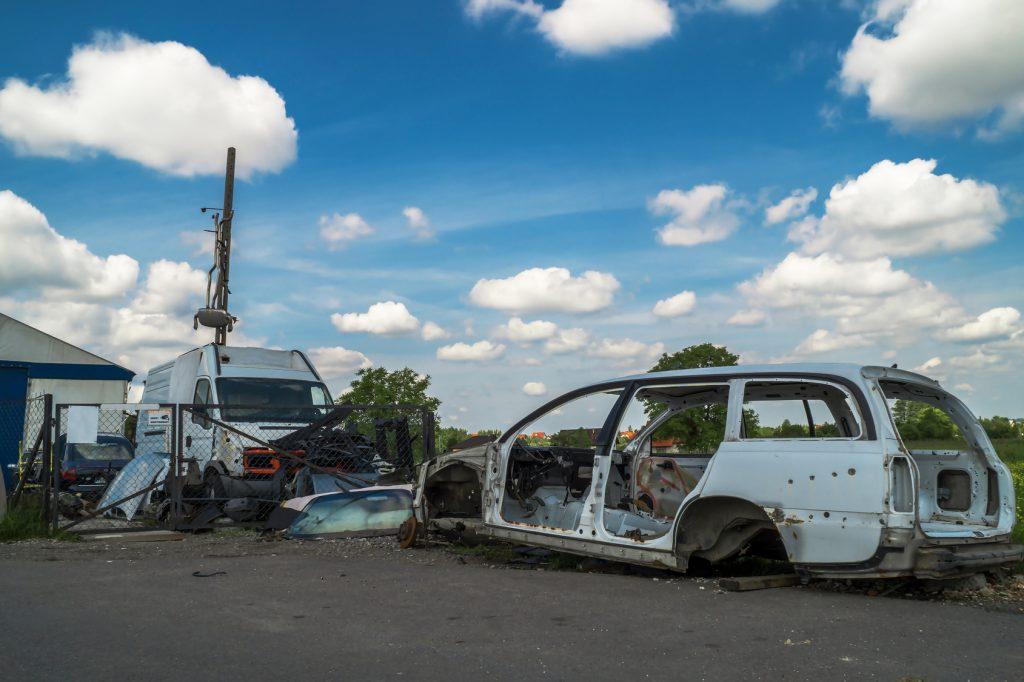 Jak legalnie sprzedać auto na części